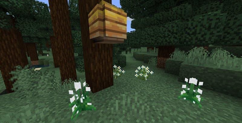 Пчелиный улей и пышные цветы