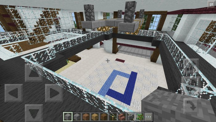 Просторный зал внутри дома